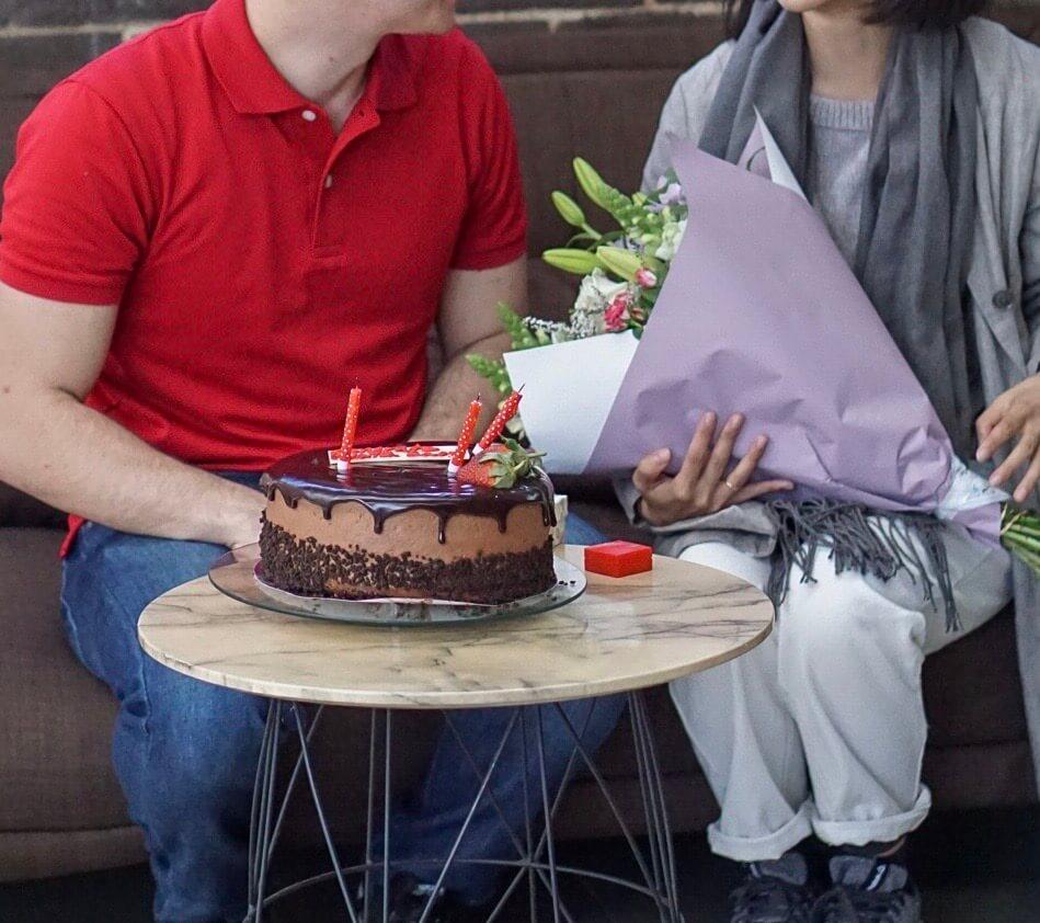 国際遠距離恋愛 お祝い サプライズ 花束 ケーキ 婚約 遠距離恋愛 国際恋愛  再会 オーストラリア 久しぶりの再会