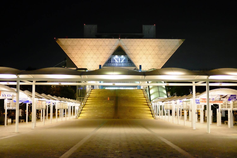 夜の東京ビッグサイト正面2