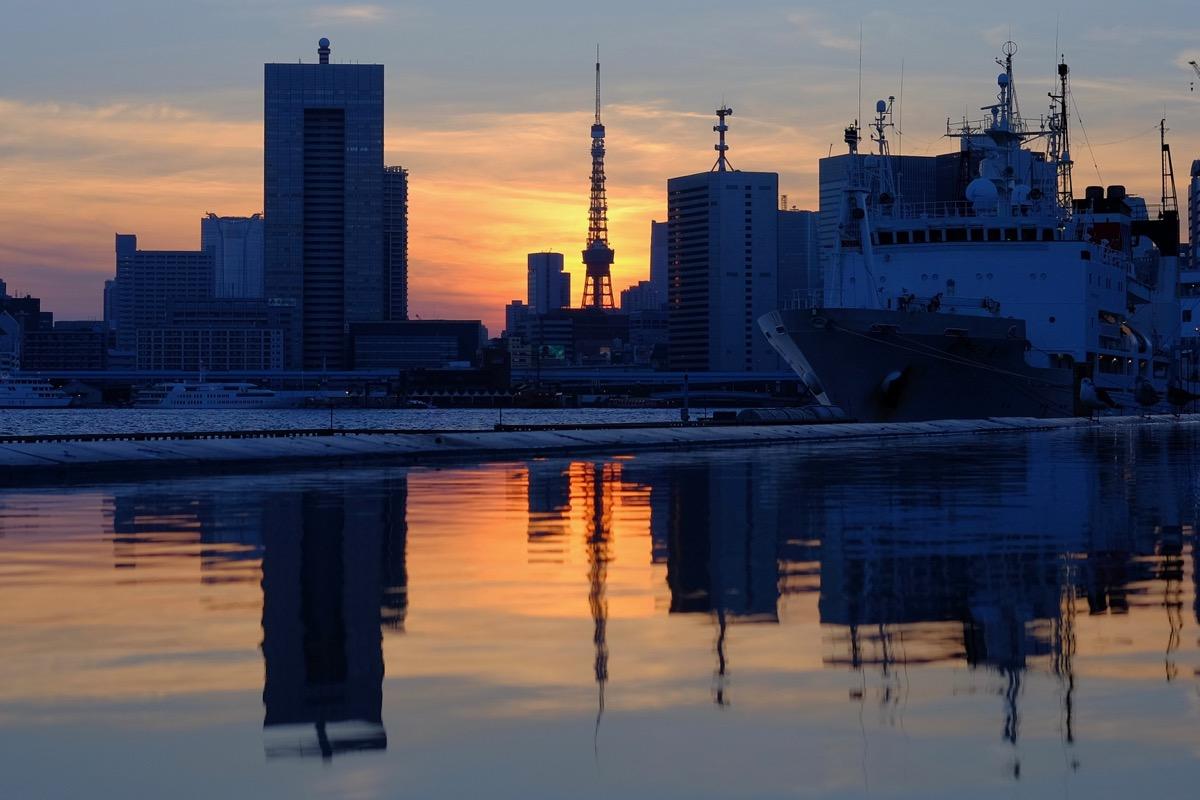 晴海埠頭から臨む、夕暮れの東京タワー