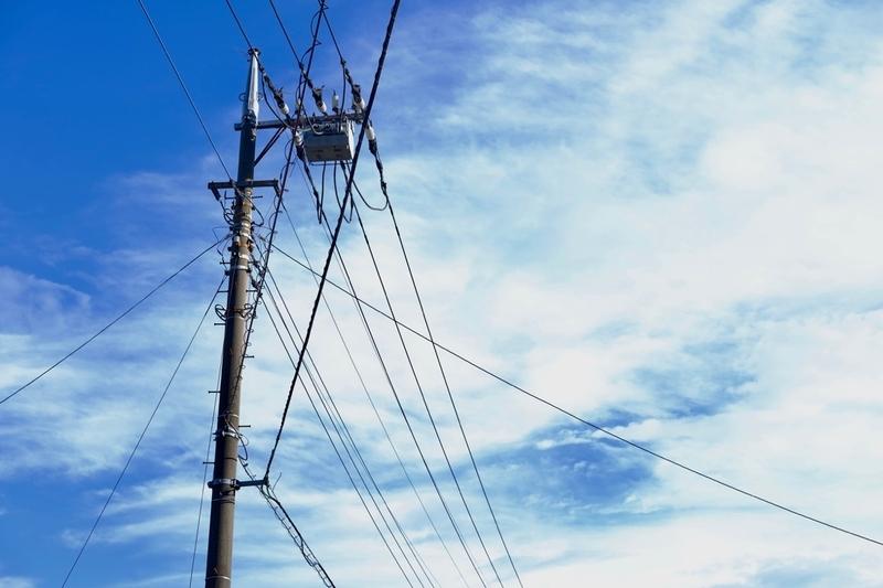 青空と電信柱