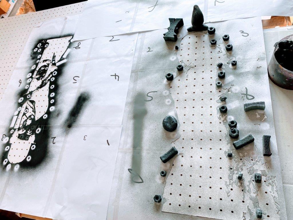 有孔ボードにステンシルでチャップリンを描いてみる