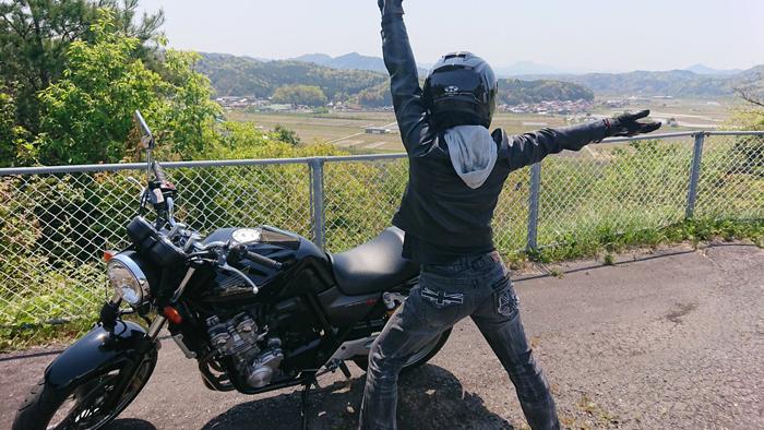 お墓から見える景色とオートバイと僕