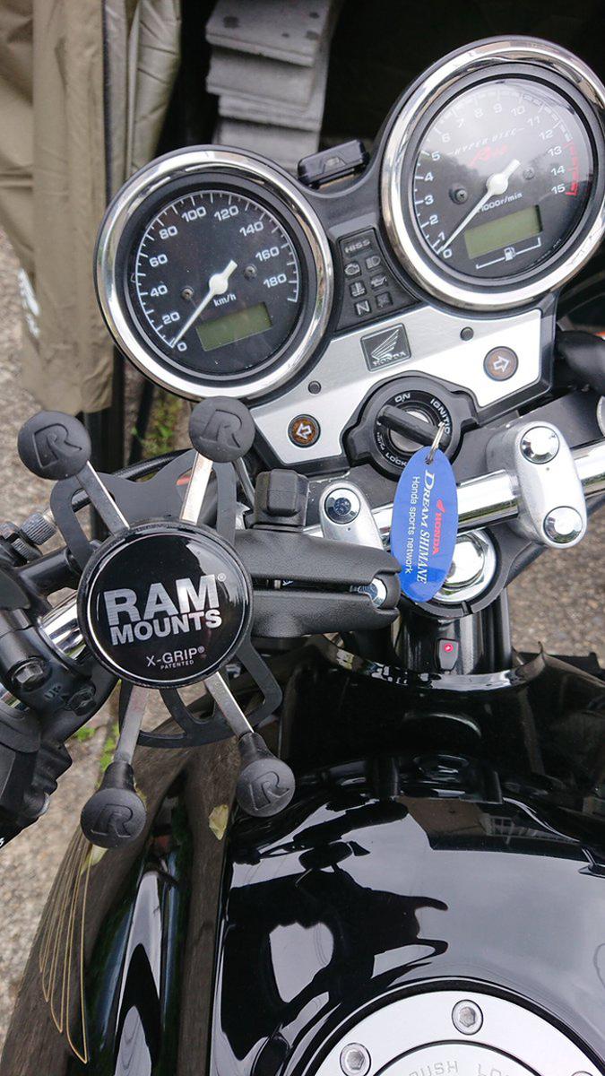 RAMマウントのスマホホルダーとUSB充電ケーブル