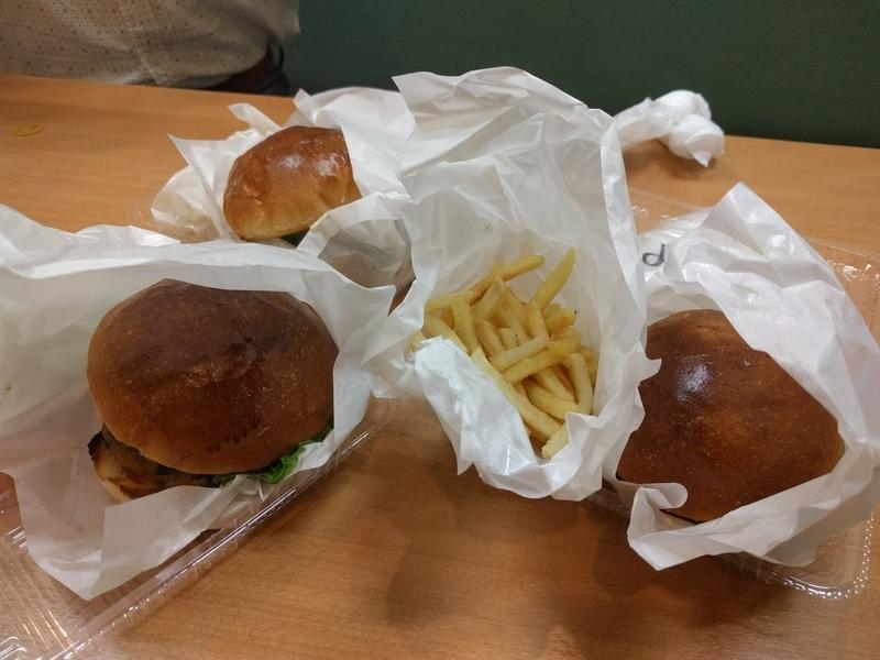 UberEATSの料理_チーズアボガドバーガー集合