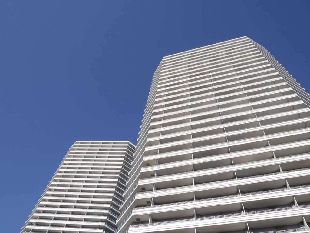 コットンハーバーにある高層マンションを見上げる