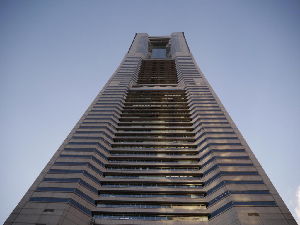 横浜ドックヤードガーデンから横浜ランドマークタワーを見上げる