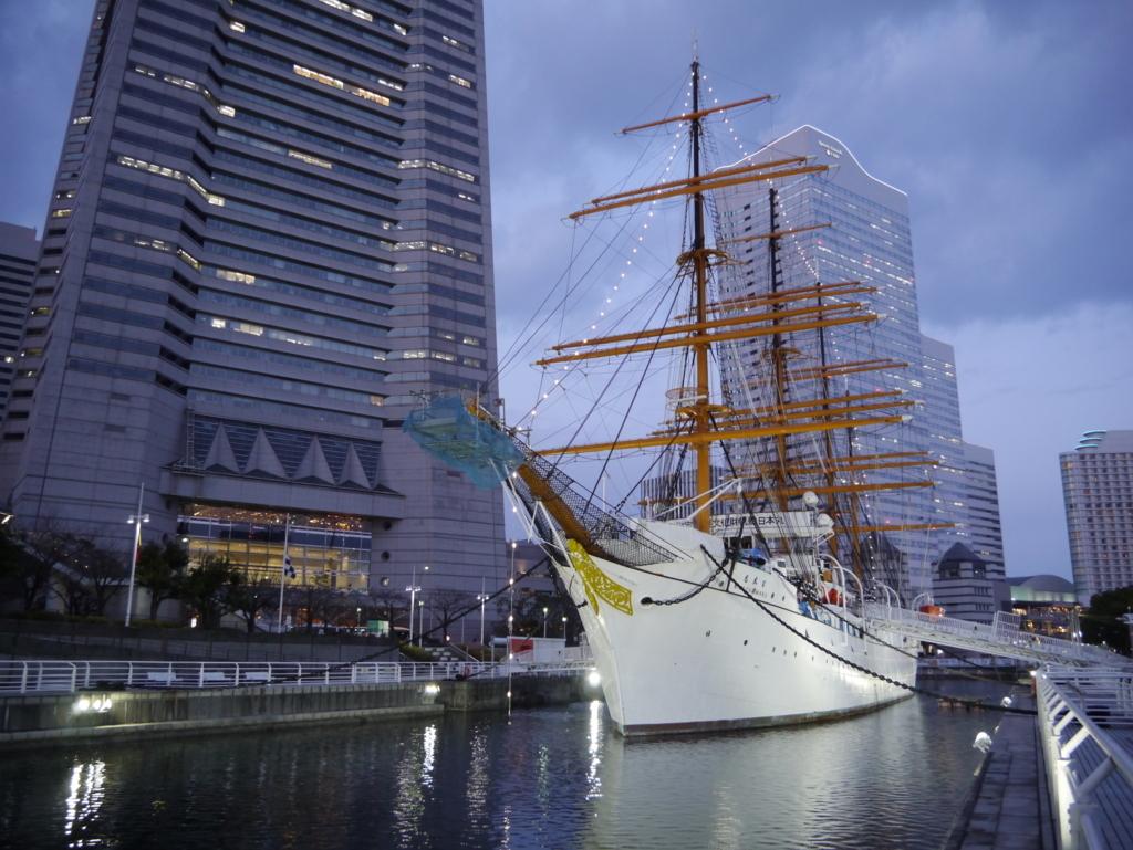 横浜ランドマークタワーと日本丸