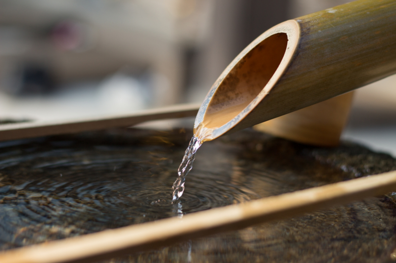 竹筒から注がれる水2