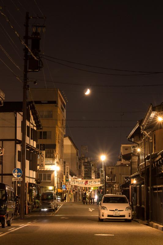 高山の夜景とお月様