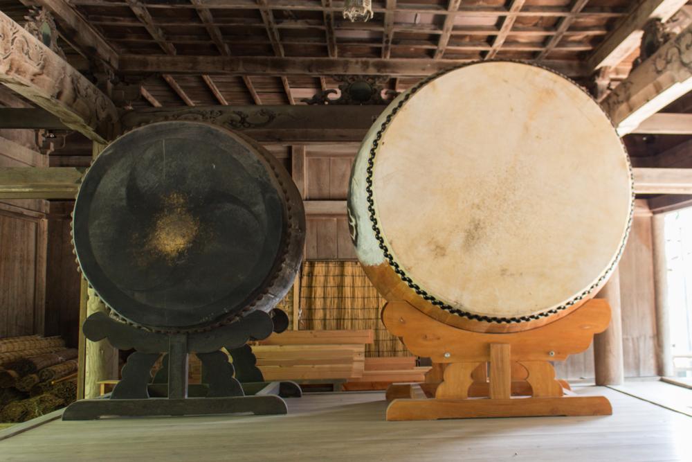 諏訪大社上社本宮の神楽殿にある新旧の大太鼓