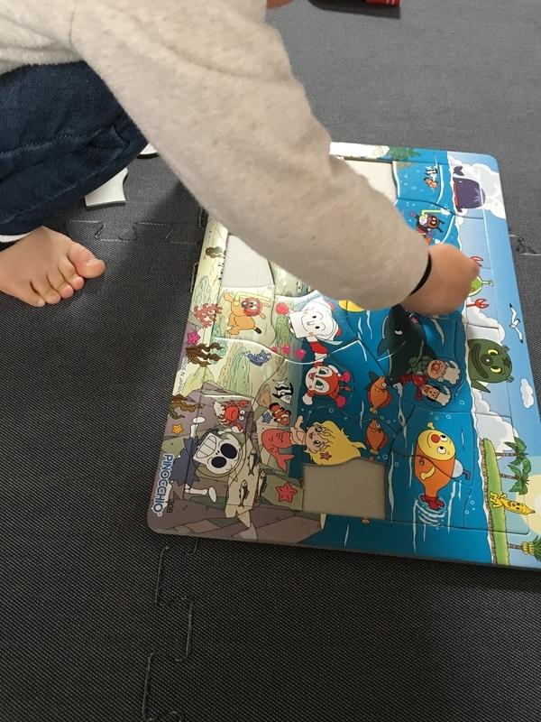 アンパンマンのパズルに夢中な2歳児