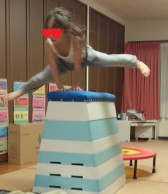 跳び箱を飛ぶ娘