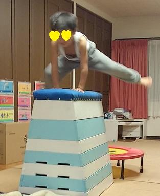 跳び箱を飛ぶ息子
