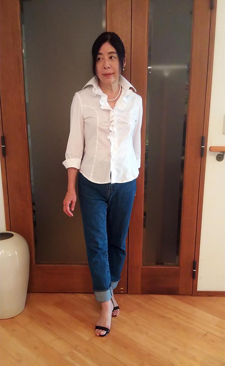 白シャツとデニムパンツ