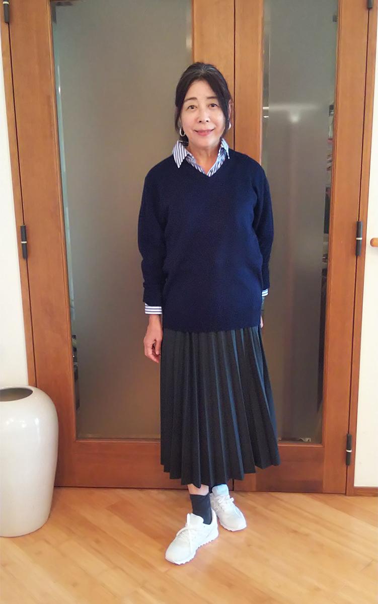 カシミアニットとプリーツスカート