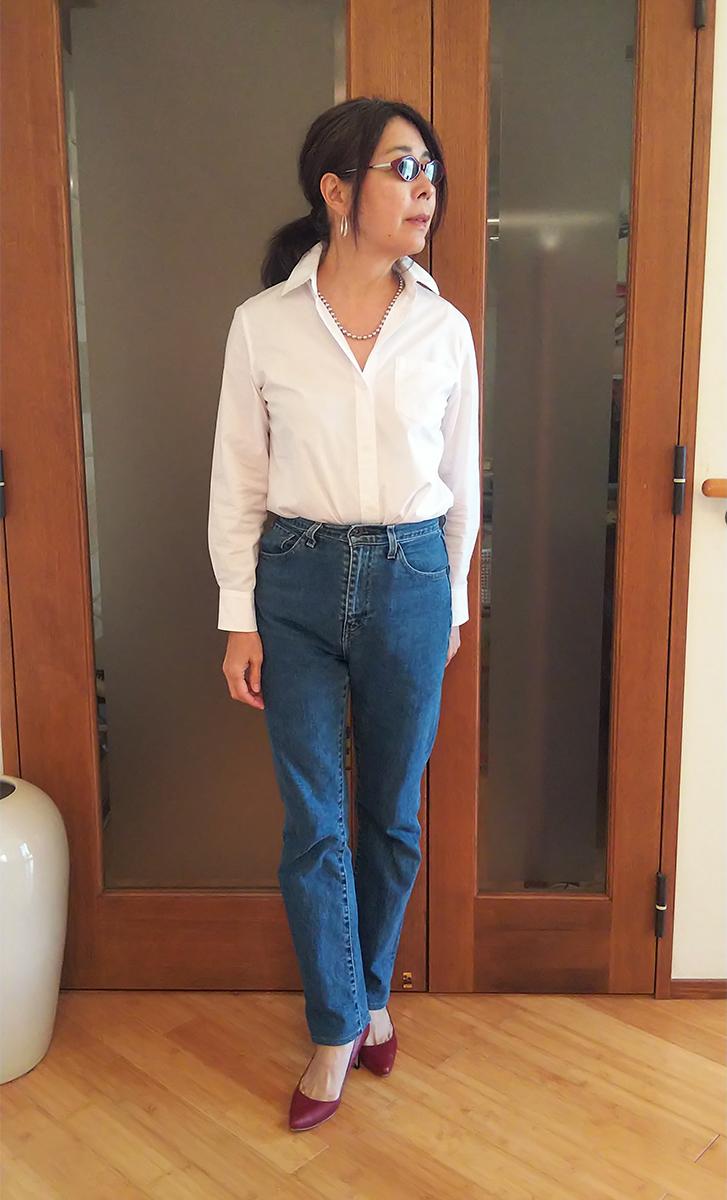 白いコットンシャツでちょい悪マダム