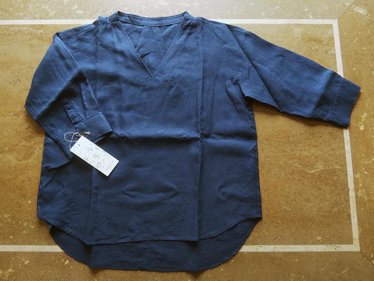 スモーキーブルーのリネンシャツ