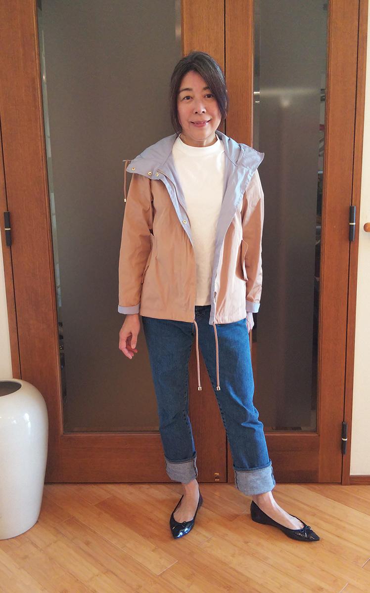 モックネックTシャツとストレートジーンズのコーデ