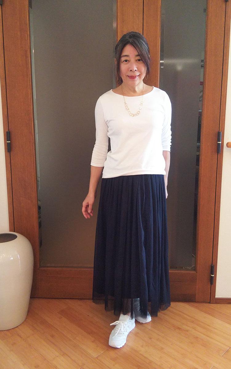 白いTシャツとネイビーのチュールスカート