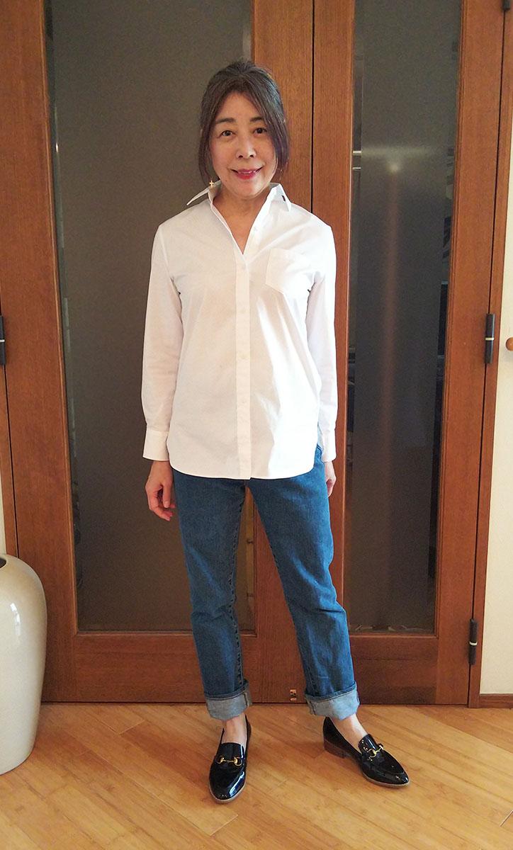 白いシャツとジーンズのコーデ