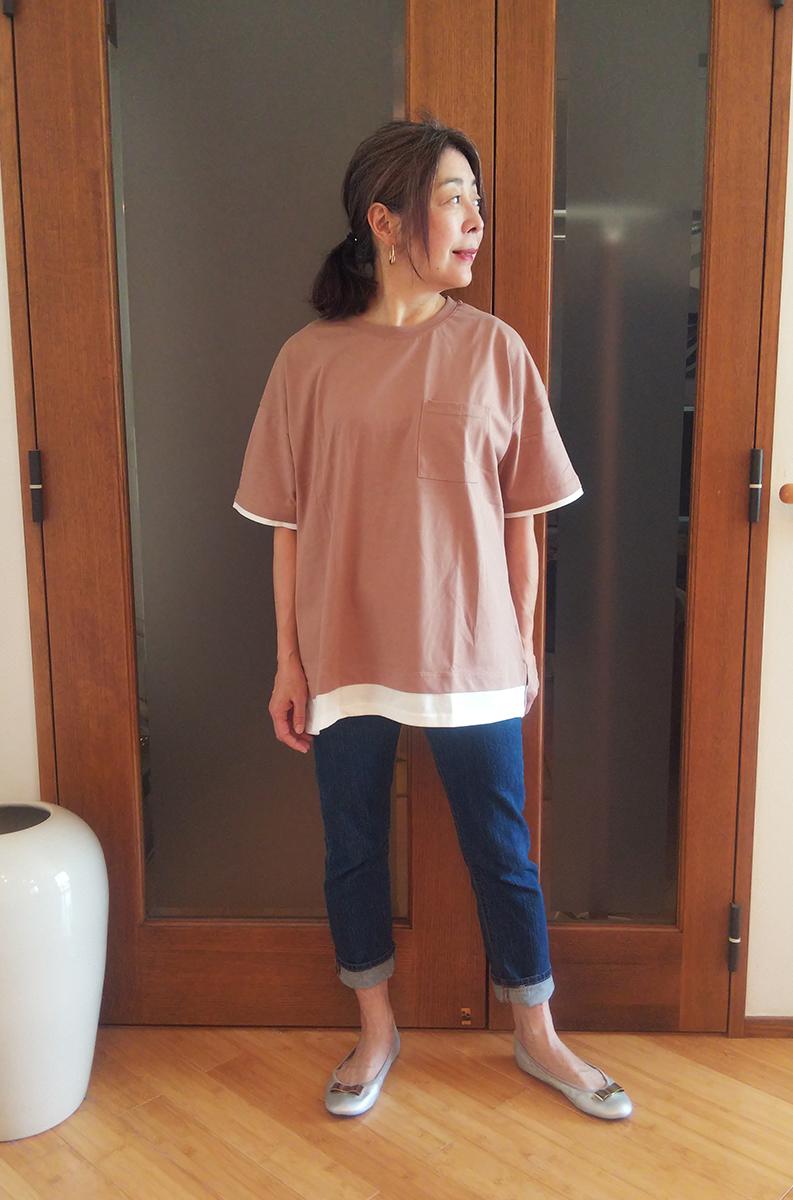 裾レイヤードプルオーバーとデニムパンツ