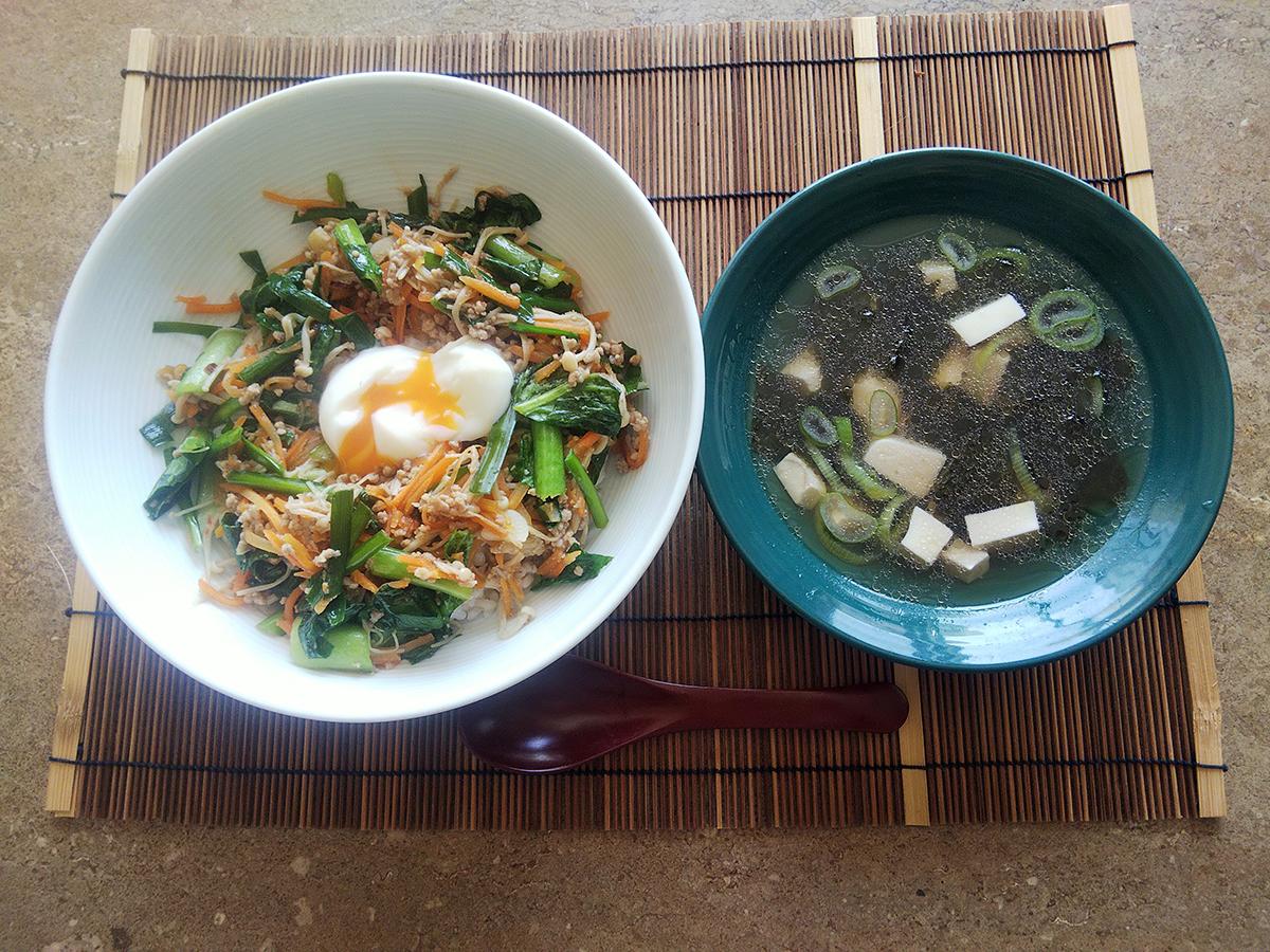 「野菜がたっぷりとれるビビンバ丼」&「長ねぎとのり、豆腐の韓国風スープ」