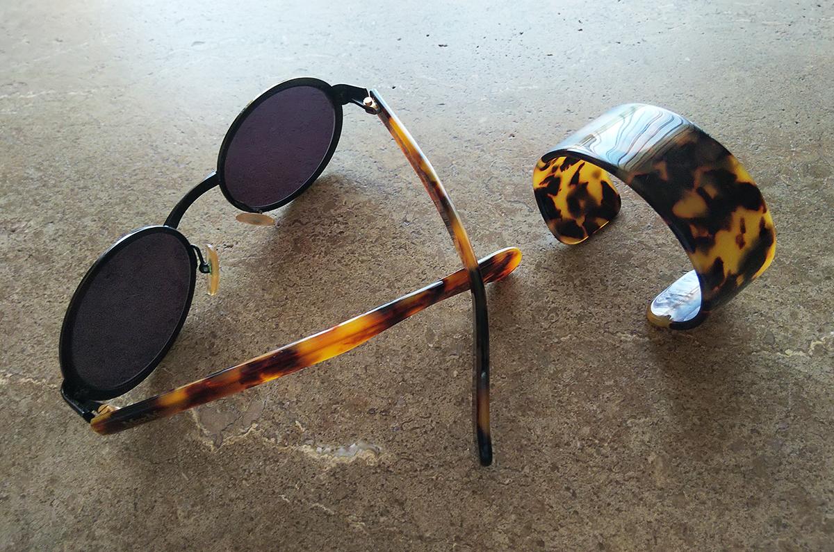 べっ甲フレームのサングラスとバングル