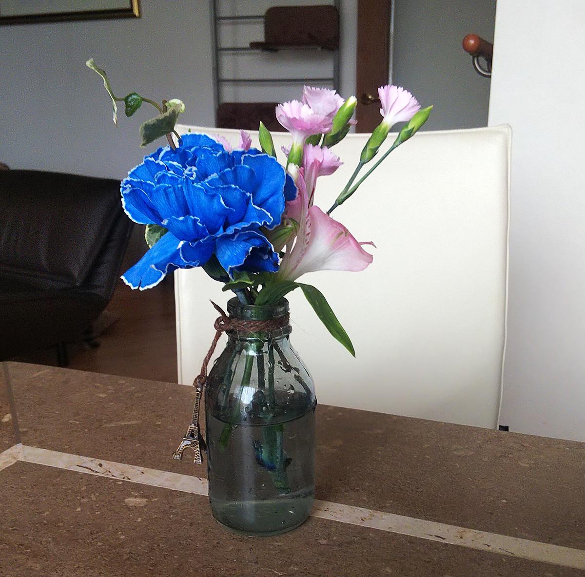 カーネーション(染めブルー)、Spカーネーション(ソネットパーティー)、アルストロメリア(ワンダースイート)、アイビー