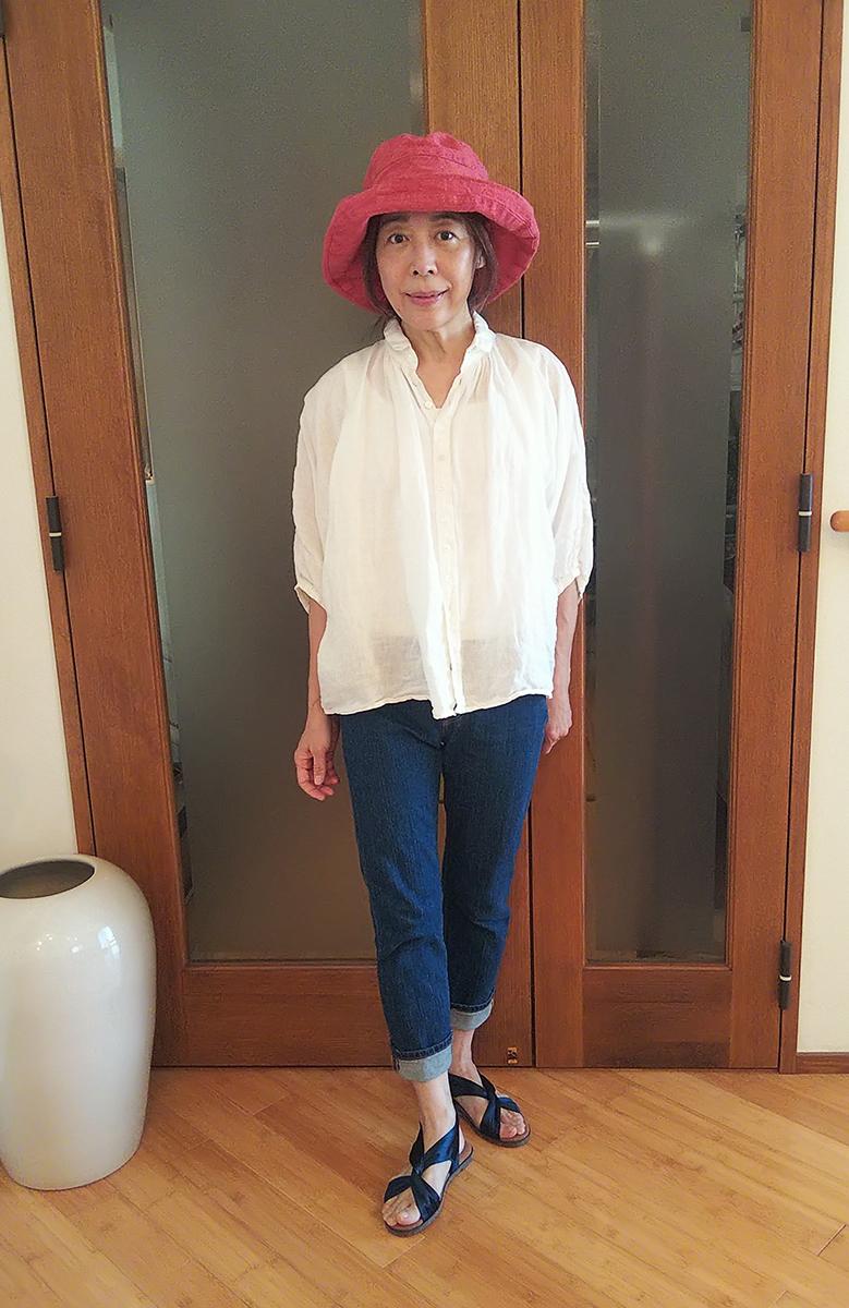 白いコットンシャツとジーンズのコーデ