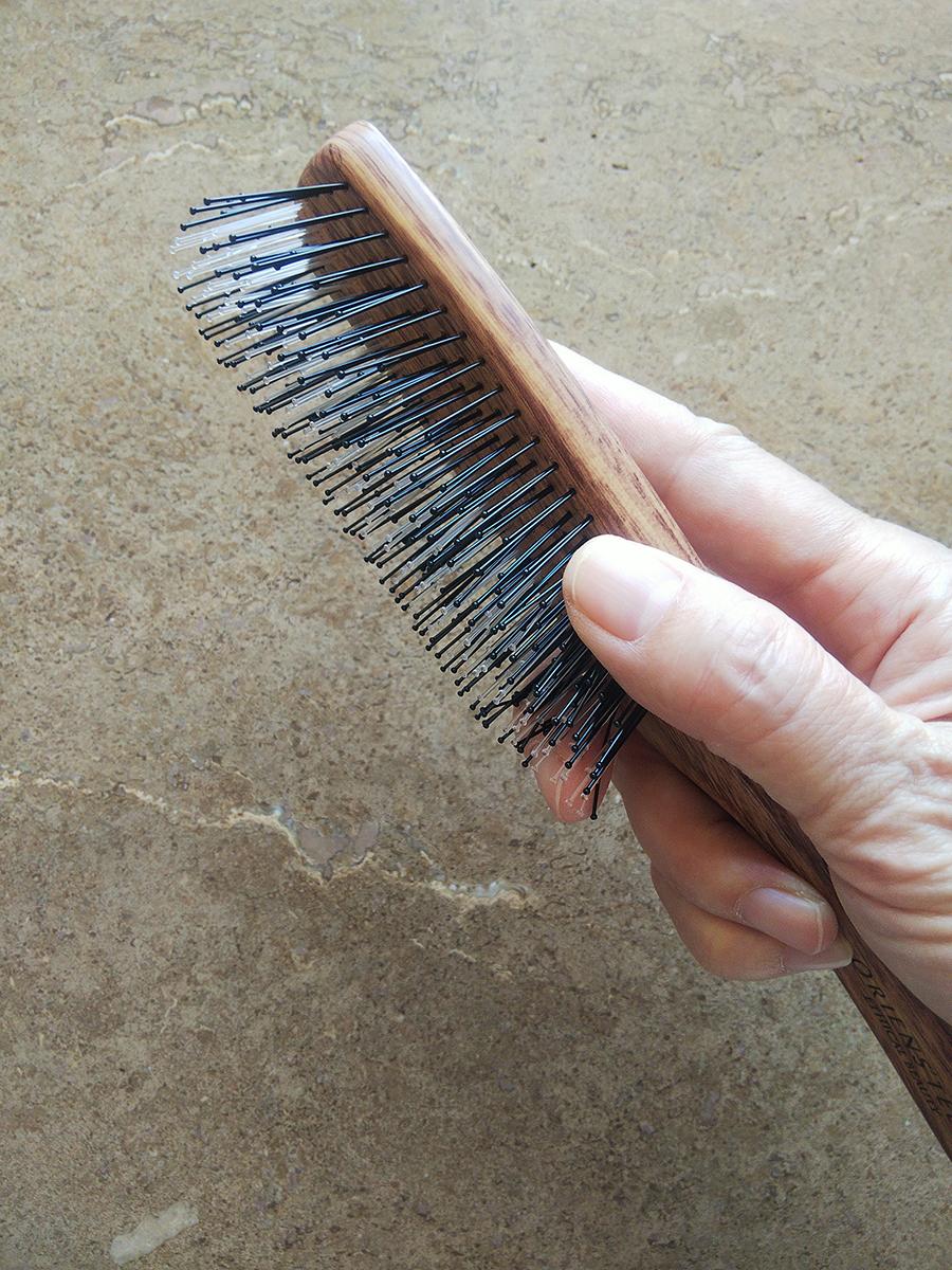 即頭部やうなじを梳かすときの持ち方