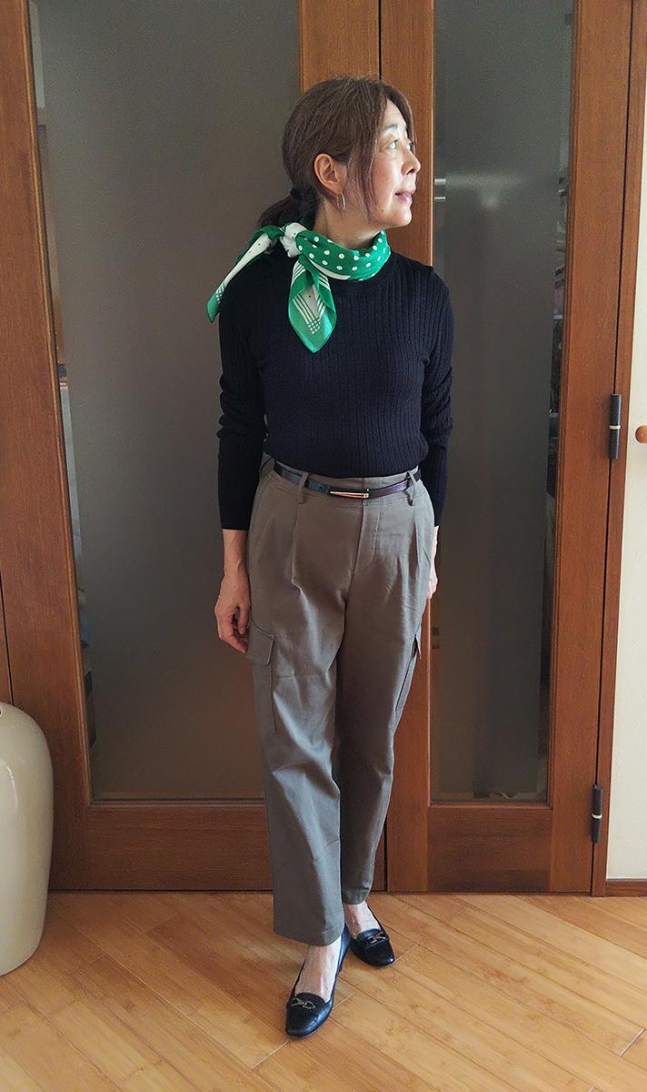 グリーンのスカーフをプラス