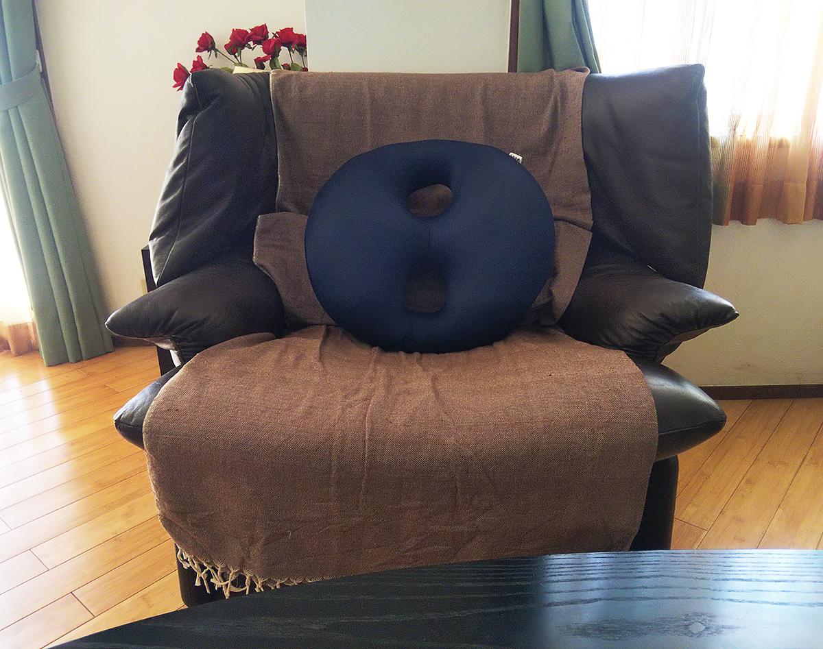 MOGU ボディジョイ・ミディアムを置いたソファー