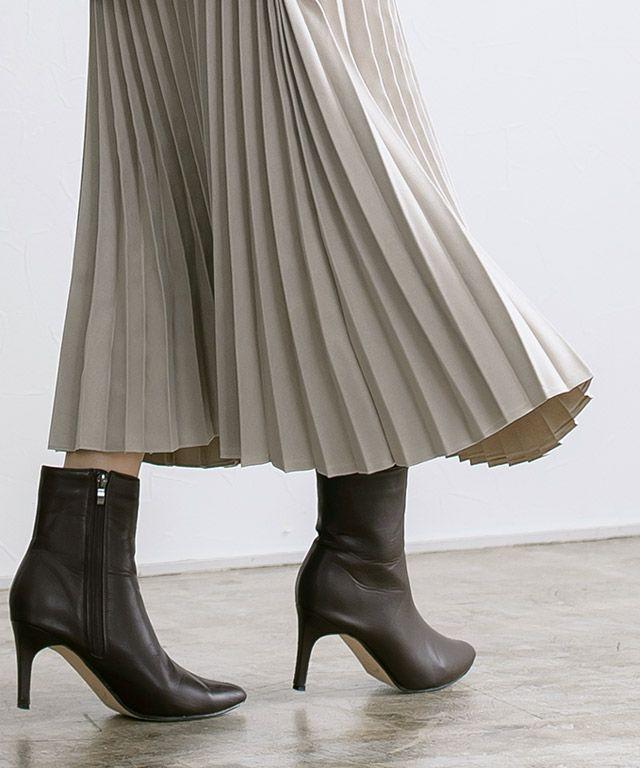 スエードタッチロングプリーツスカートの裾