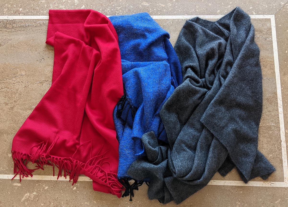 赤、青、グレーのストール