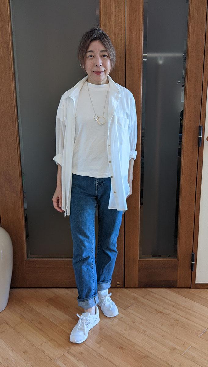 白Tシャツとのコーデ