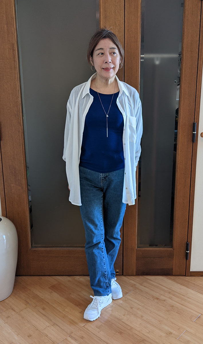 ロイヤルブルーのTシャツとコーデ