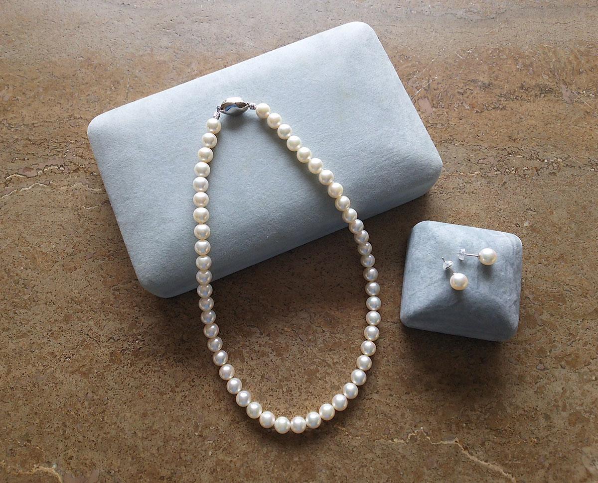 真珠のネックレスとピアス