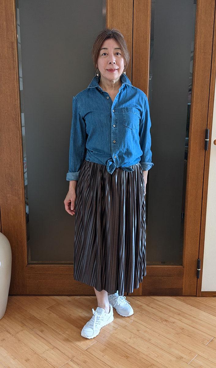 ダンガリーシャツの裾を結んだコーデ