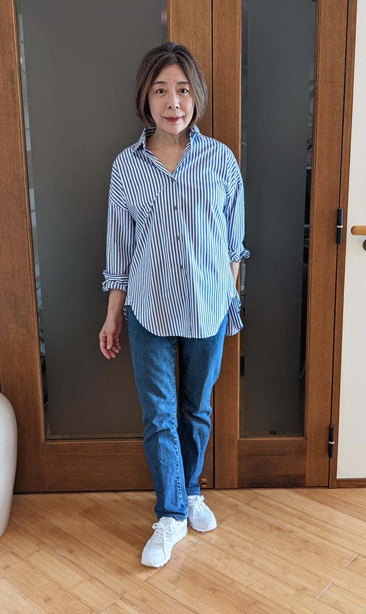 ストライプシャツとデニムパンツのコーデ