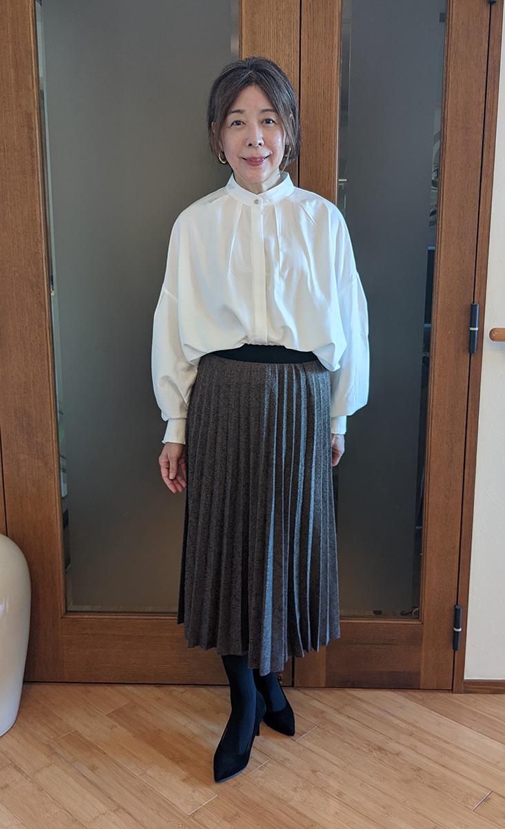 シャツとスカートを着たところ