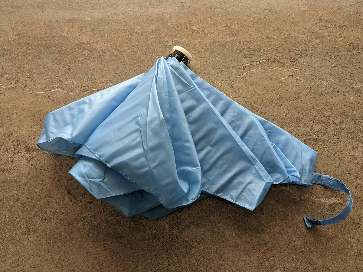 傘を折りたたむところ
