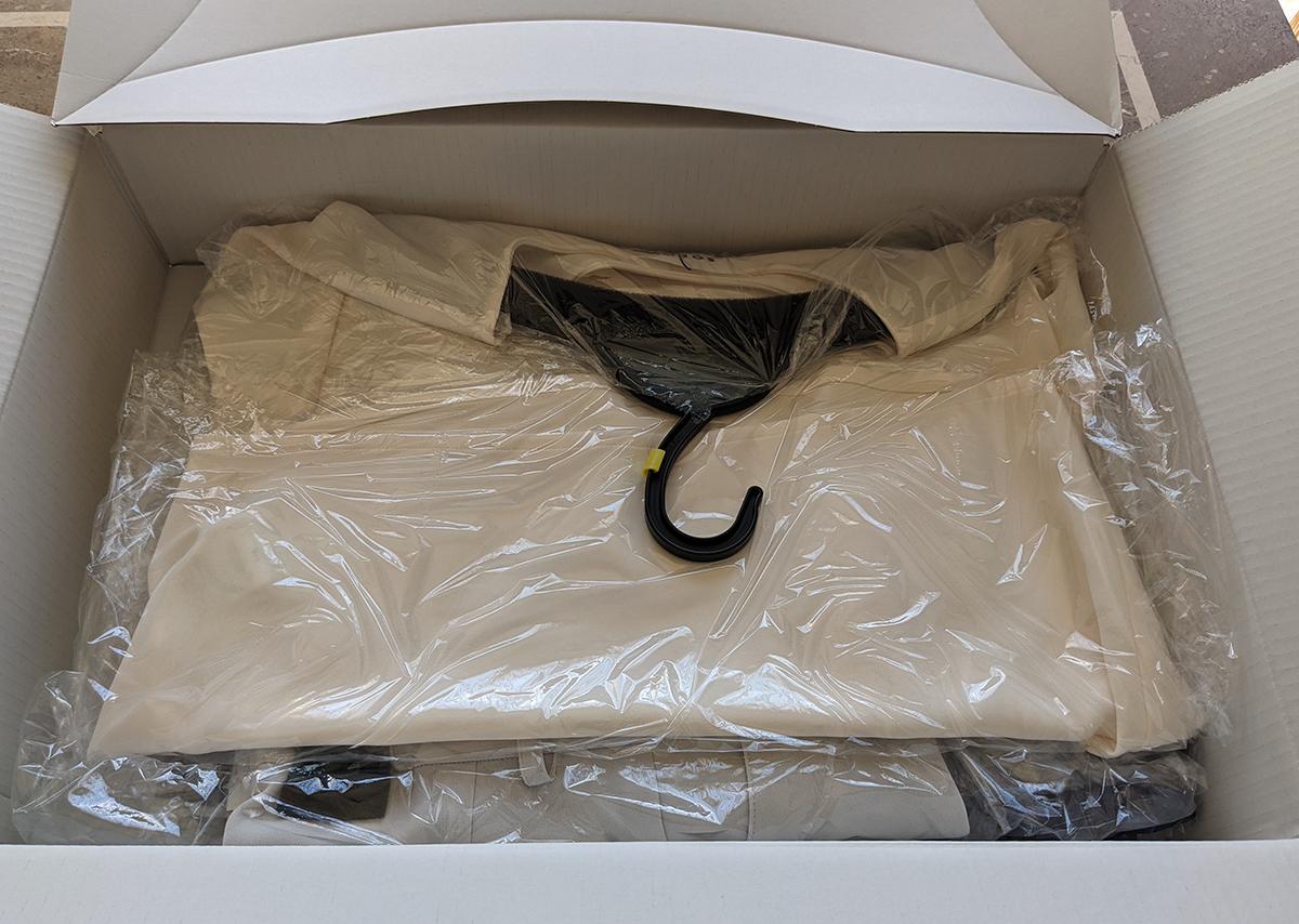My Essential Closetで注文した服が入った箱