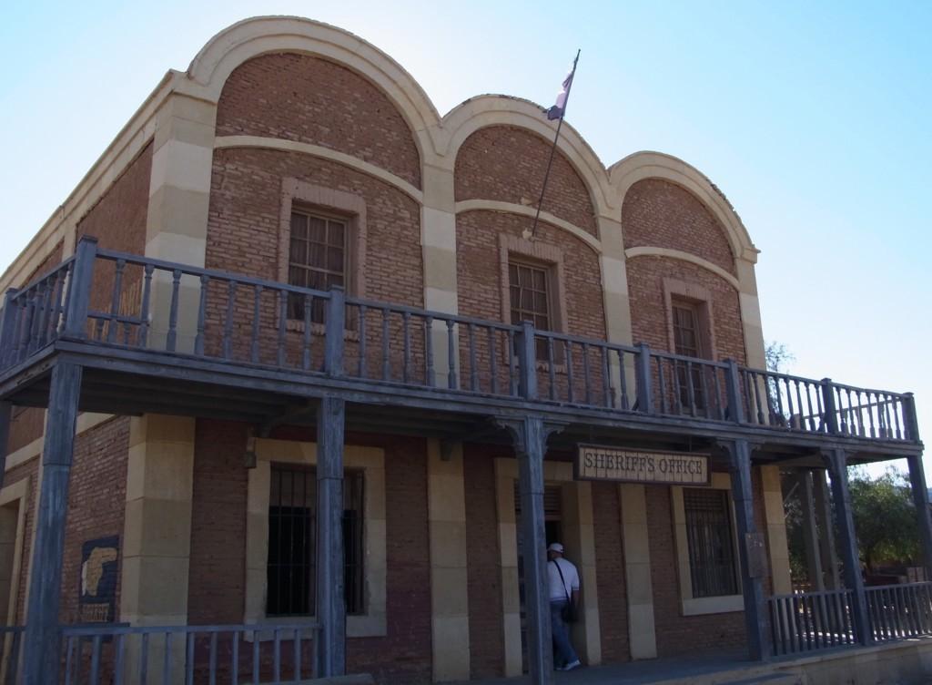 銀行でもありナバホ・ジョーが乗ってた建物でもある