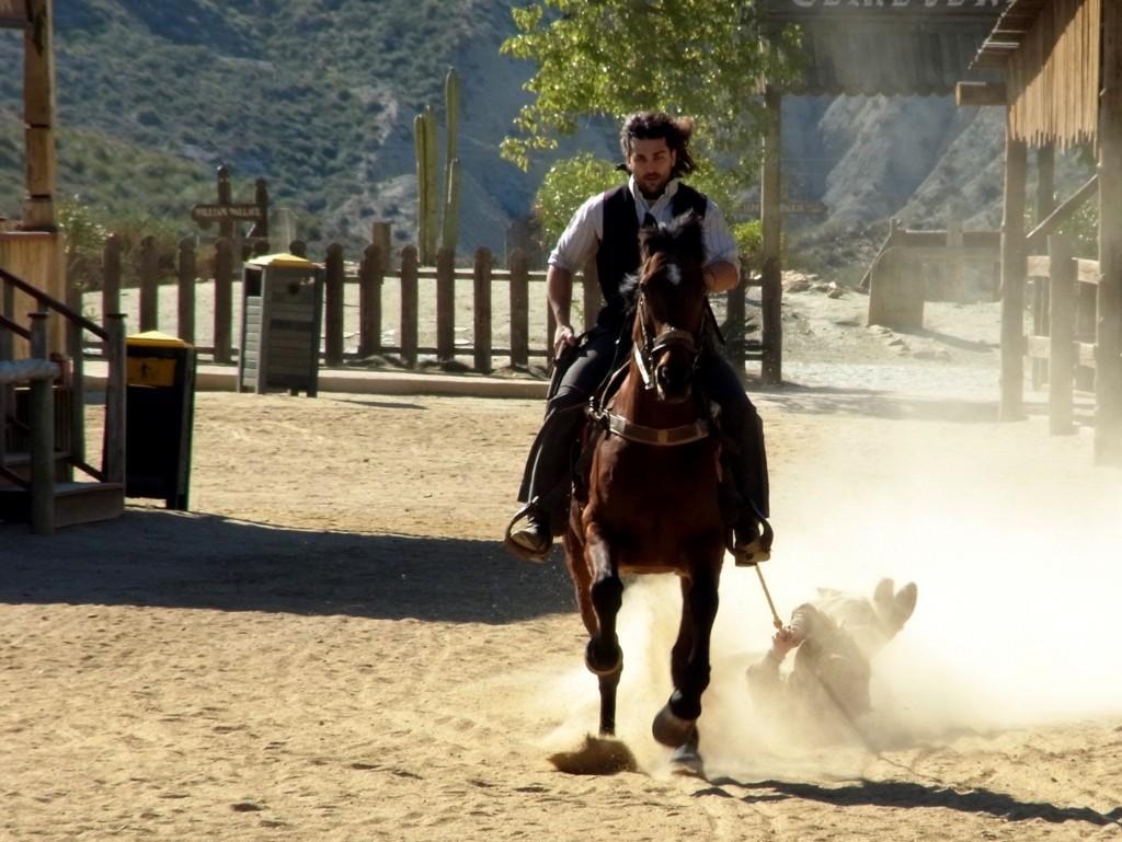 馬でひきづられる無法者