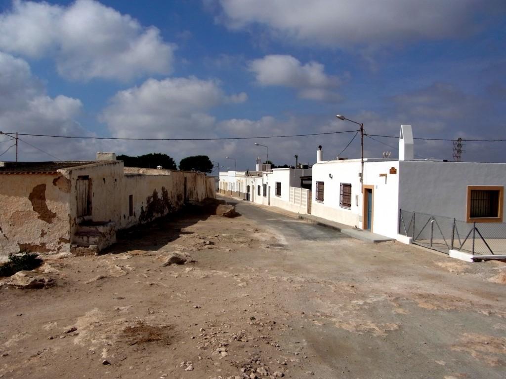 『夕陽のガンマン』のアグア・カリエンテ村ことロス・アルバリコケス村