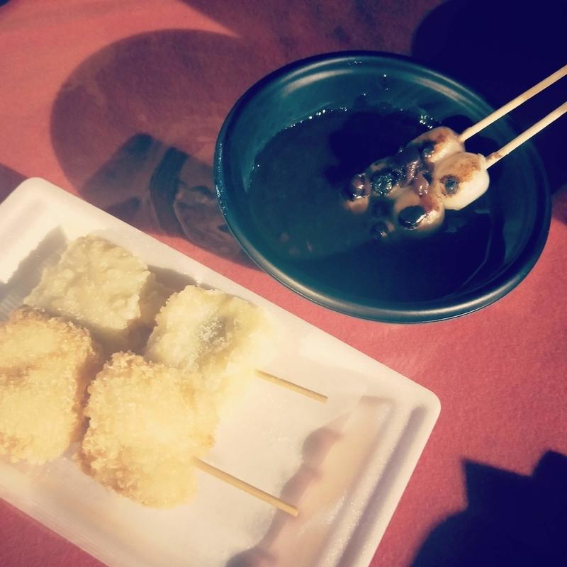 アートアクアリウムの出店で買った天ぷらとカツとぜんざい