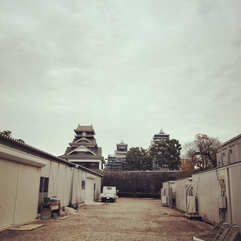 熊本城に復旧工事のための設置されているプレハブ
