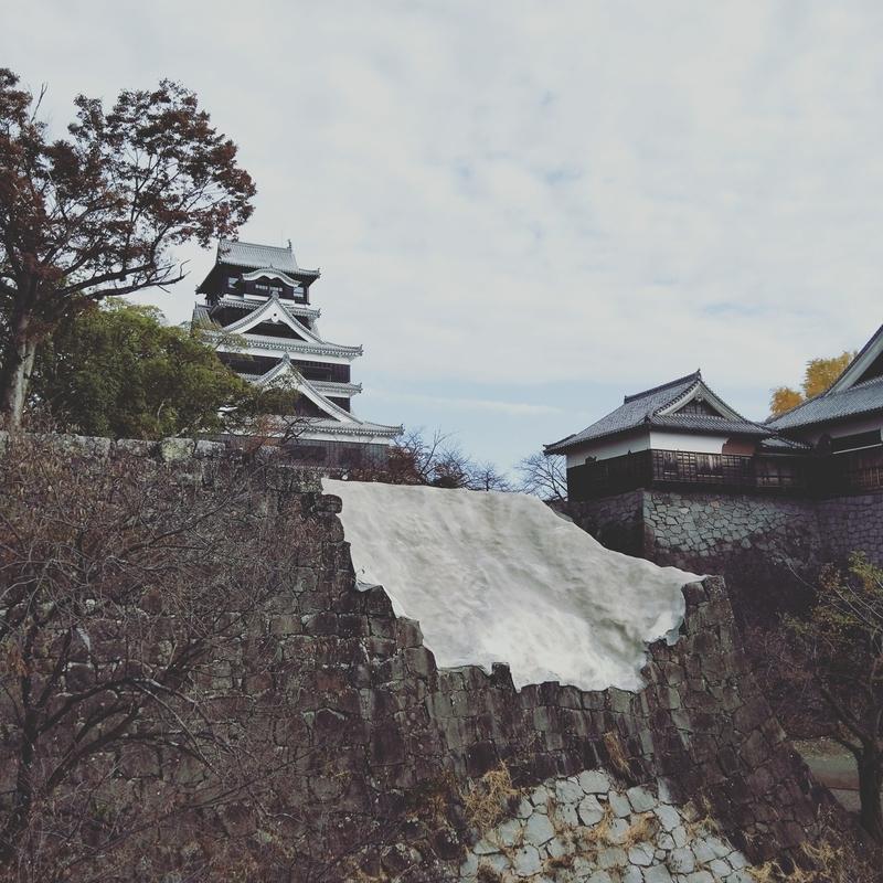熊本城の石垣がこれ以上崩れないようにモルタルで仮固定されてる様子