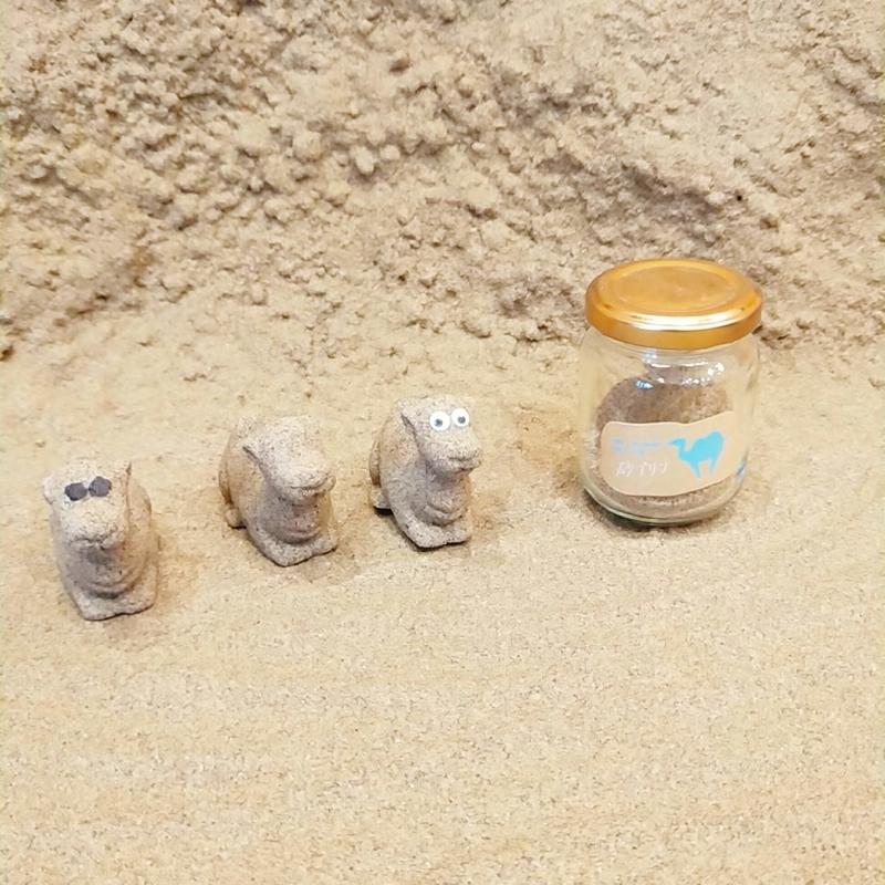 鳥取砂丘の近くにあるTotto PURINという砂プリンを販売しているお店のらくだの置物が置かれたフォトスポット