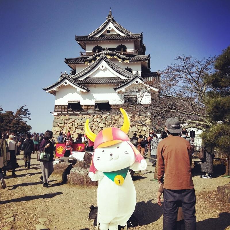 彦根城の前に設置されているひこにゃんの等身大パネル